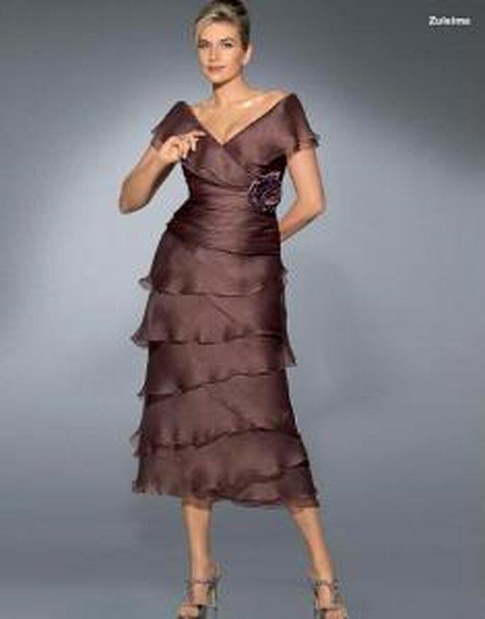 Pronovias Cóctel 2010 - Zuleima, vestido corto marrón, falda en volados, escote en V, cinturón grueso