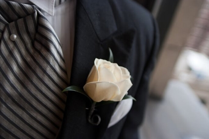 Detalle en el ojal del traje de novio