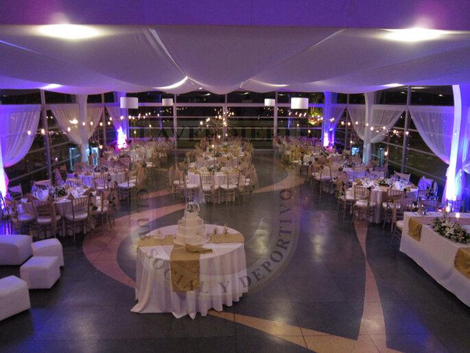Decoración en violeta y blanco para una boda en la noche. Foto: www.laverdieri.com