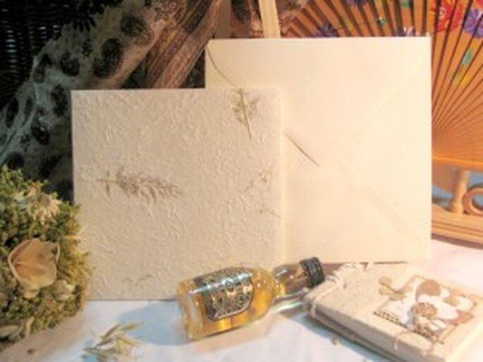 Invitación clásica sobre pasta de papel natural decorado con tallos y hojas de helecho sobre fondo perla.