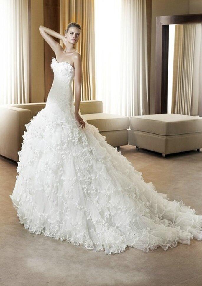 Vestido de novia de tul adornado con encaje de Pronovias