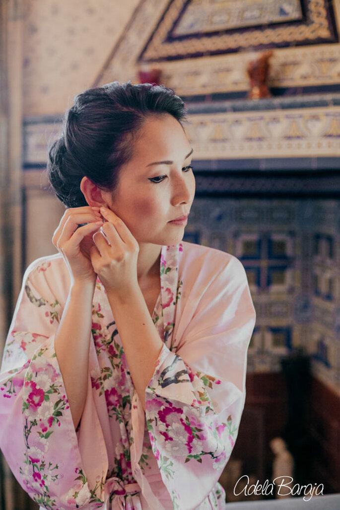 Novia con kimono arreglándose. Foto: Adela Baraja