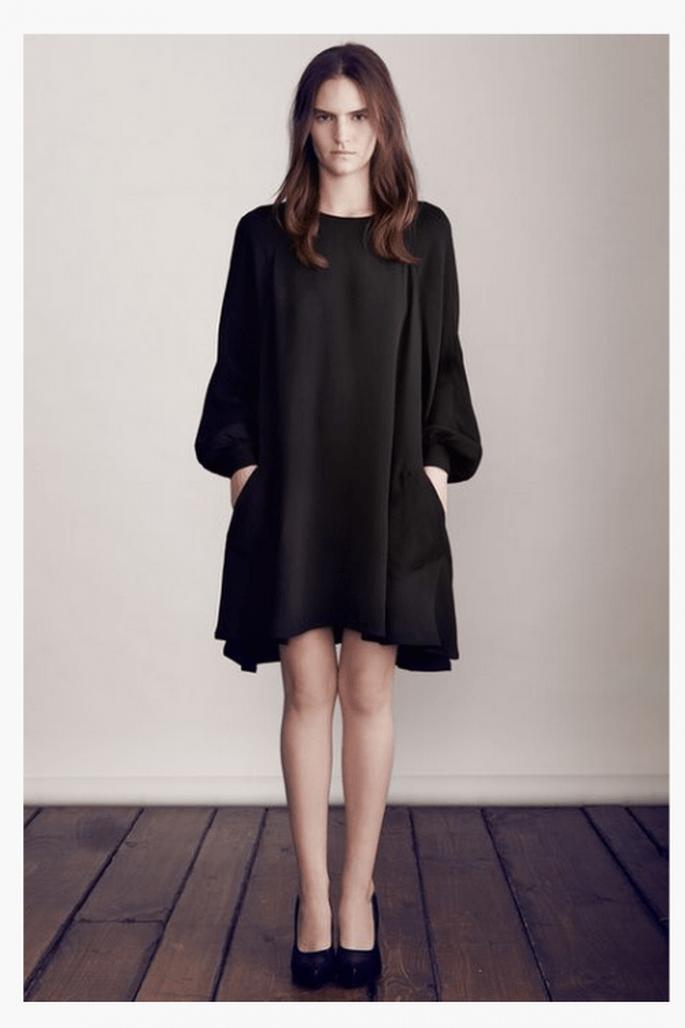 Vestido corto en color negro con silueta y mangas holgadas - Foto Co