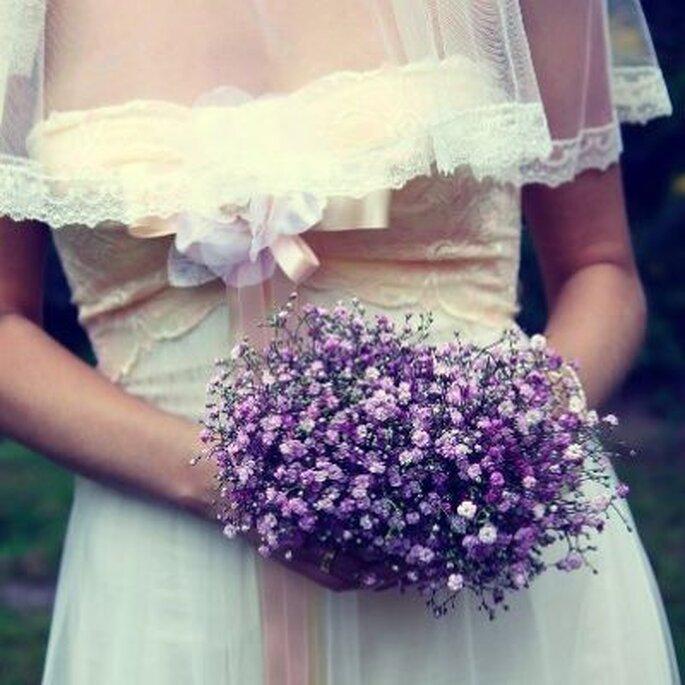 der lilafarbene Brautstrauß setzt einen tollen Kontrast zur hellen Farbe des Brautkleides! - Foto: Claudia Gallwitzn