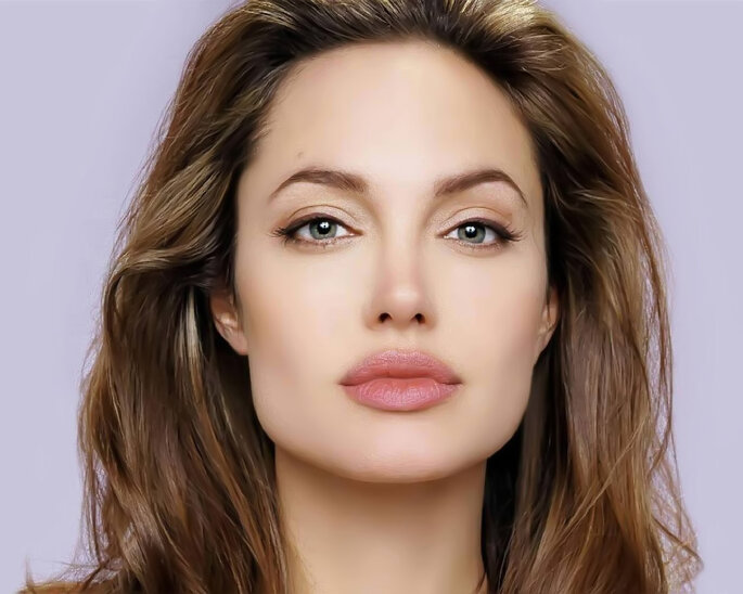 Angelina Jolie tem um rosto quadrado.