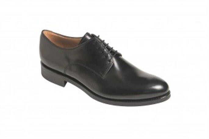 Zapato inglés con puntera recta, con trapados y cordones, cinco ojetes en piel de córdoba de color cuero