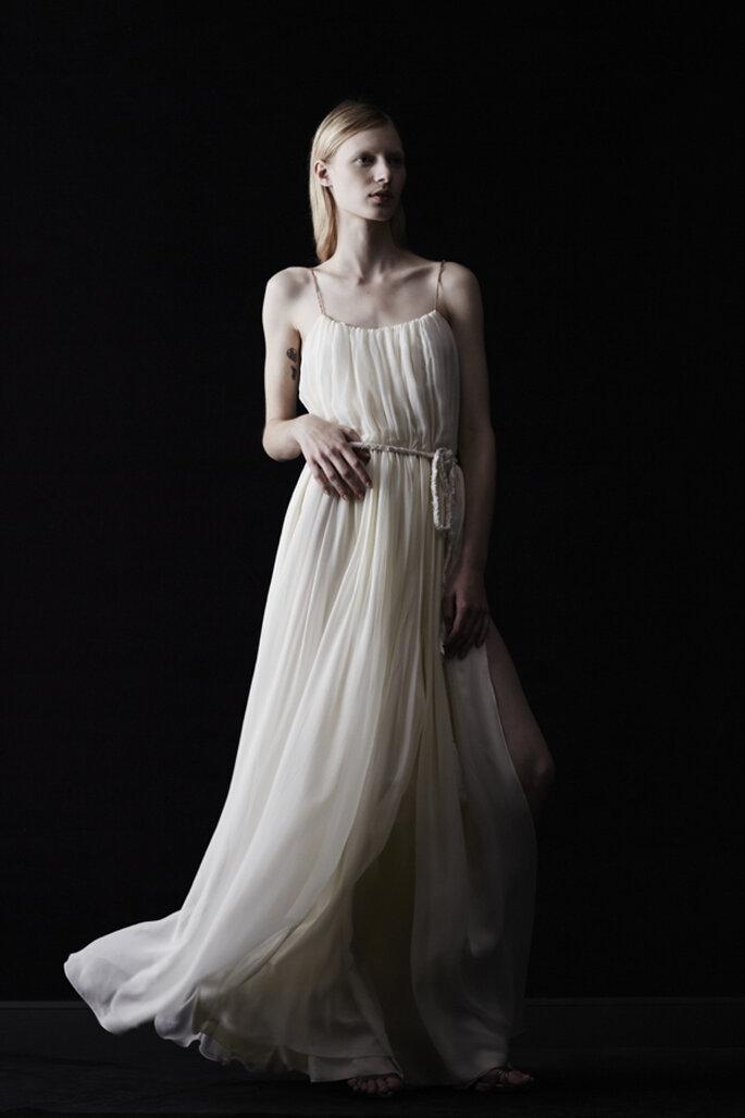Vestido de novia en color crema con silueta holgada y cordón en la cintura - Foto Lanvin