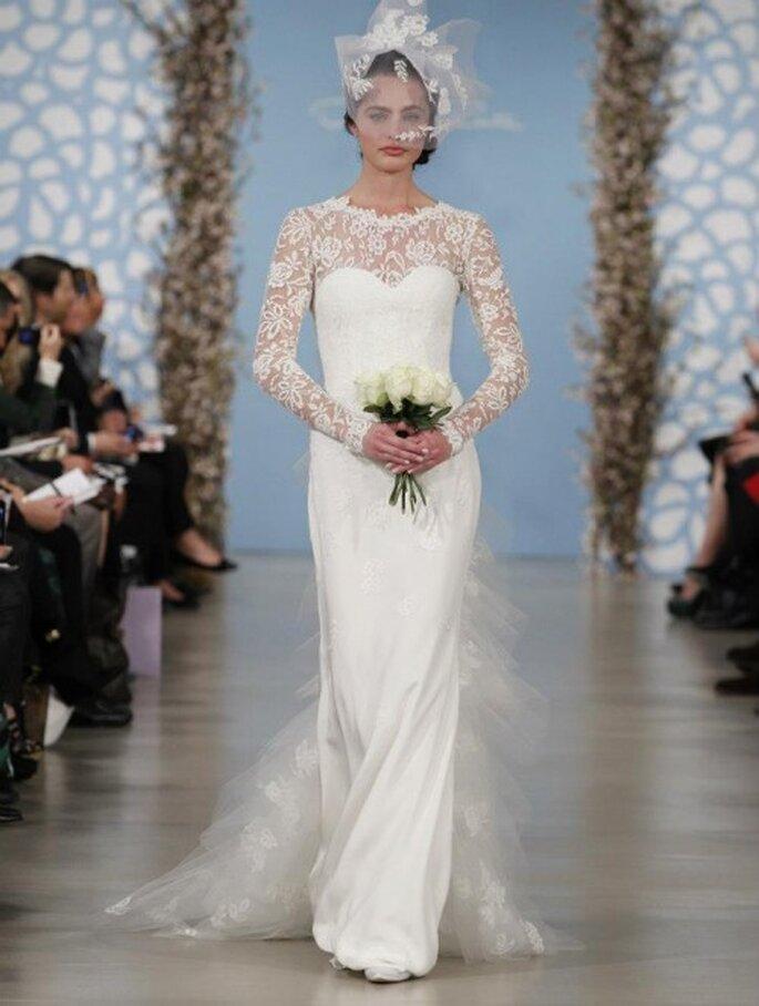 Vestido de novia con silueta ceñida, cauda con encaje y mangas largas con bordados - Foto Oscar de la Renta