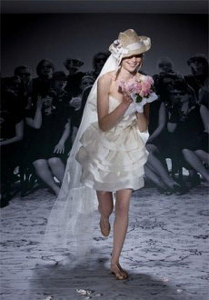 Lanvin 2010 - Vestido corto muy veraniego, una novia que corre a los brazos del novio!