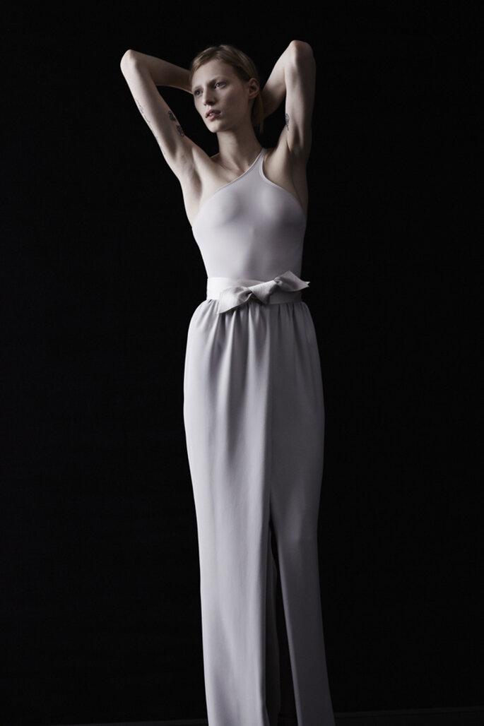 Vestido de novia con escote asimétrico en color lila desnudo y lazo satinado a la cintura como accesorio - Foto Lanvin