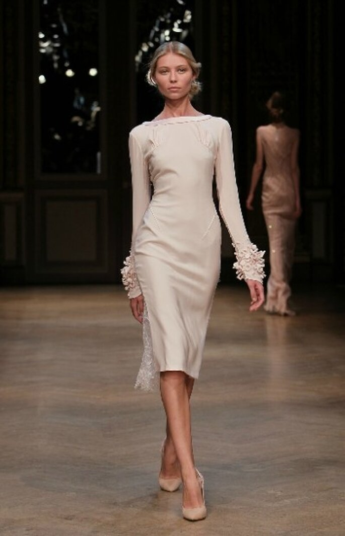 Vestido de novia corto, con mangas largas y escote barco By.Georges Hobeika