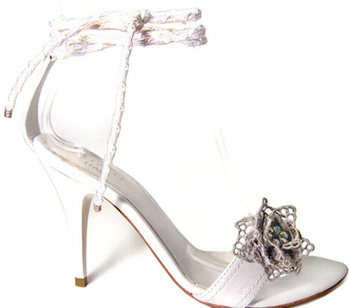 Amata, sandali in pelle con suoletta imbottita; cinturino intrecciato e fiore