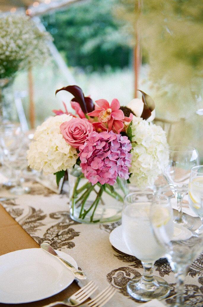 Centros de mesa con flores color marsala - Emily Steffen Photography