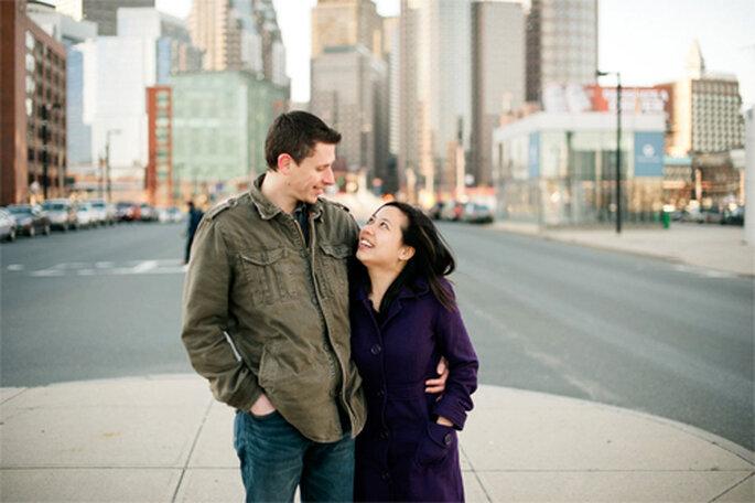 Pareja feliz celebrando su compromiso - Foto: Alexandra Roberts