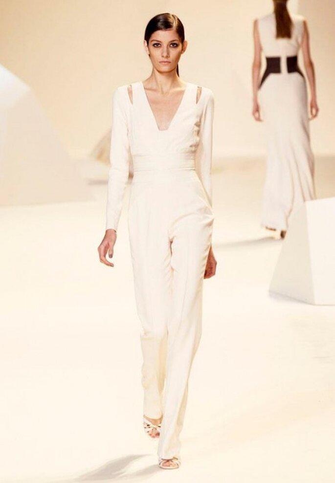 Jumpsuit en color blanco con cuello en V - Foto Elie Saab Facebook