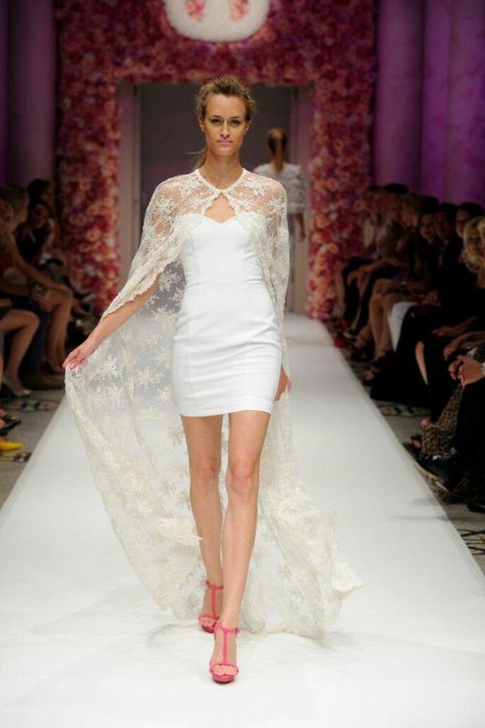 Vestido de fiesta corto en color blanco con capa de encaje - Foto Basler