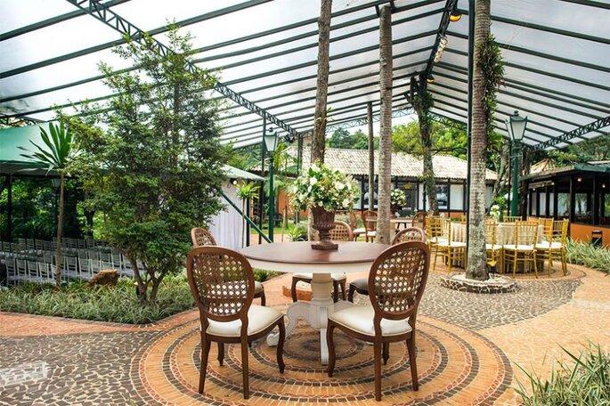 Possui um lindo jardim para cerimônia na área externa com cobertura translucida.