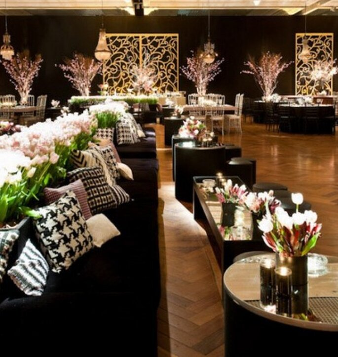 Decoración sala lounge en boda. Imagen Boutique de Tres