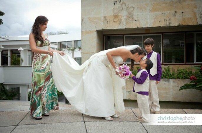 La novia, Laura saludando a sus pajecitos de honor.   Foto: christopheweddingphoto.com