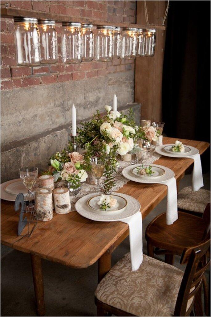 Mesa rectangular con montaje estilo campirano para banquete - Foto Abbey Hepner Photography