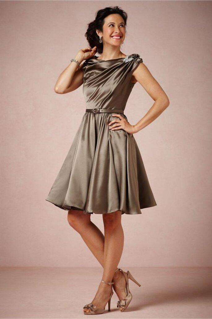 vestido de fiesta para la mamá de la novia en color gris con cuello ojal y falda amplia de corte A - Foto BHLDN