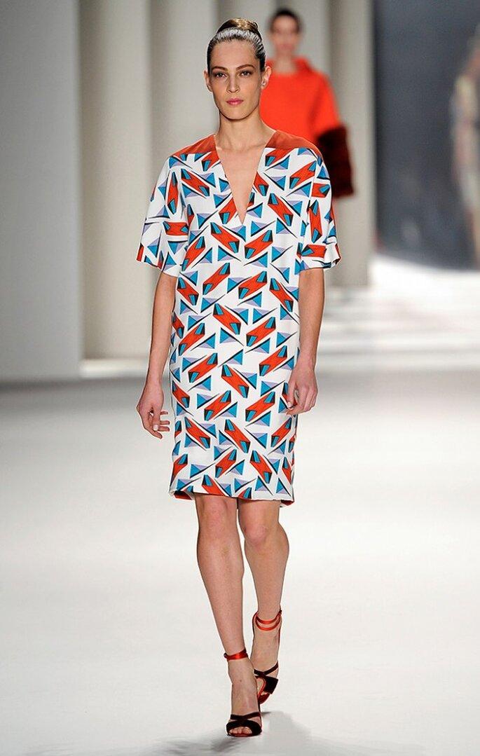 Vestido de seda estampado en bloques abstractos con aplique en color cereza. Foto: www.carolinaherrera.com