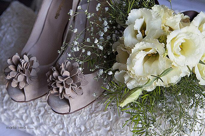 Brautschuhe mit Blumenapplikation