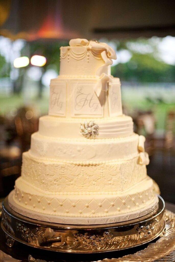 Pastel de boda blanco, a 6 niveles desiguales, adornado con elementos asimetricos