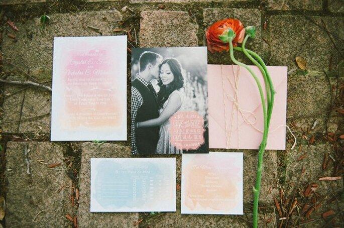 Brochazos en color rosa pastel para tus invitaciones de boda - Foto Emily Blake Photography