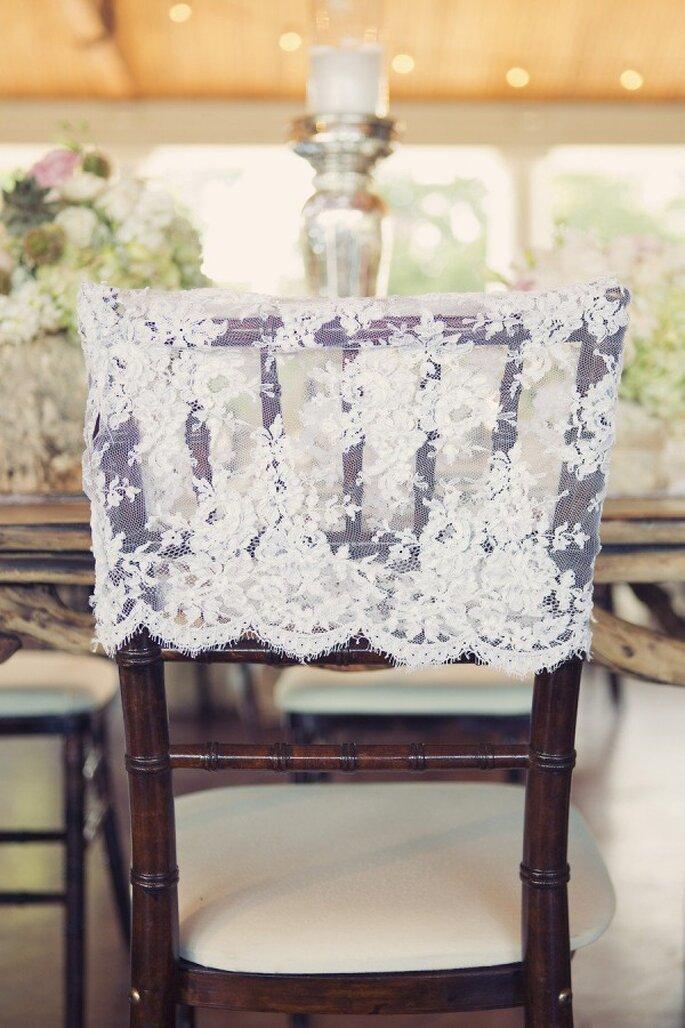 Decoraciones súper originales para las sillas en tu boda - Foto Sarah Kate Photographer