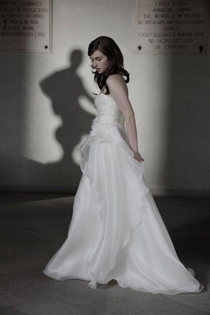 Vestido de novia en color blanco con estilo soñador y falda con caída elegante - Foto Alberta Ferretti