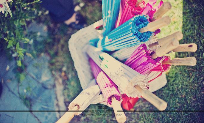 Des ombrelles en papier pourraient ajouter un peu de couleur à votre cérémonie de mariage. Photo: Juan A Olmos Vstudios