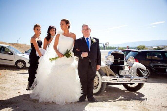 Eva con el padrino a la llegada en un coche antiguo - Adrián Tomadín