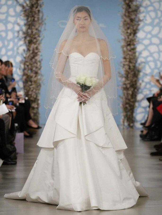 Vestido de novia con escote en forma de corazón y superposición de volúmenes en la falda - Foto Oscar de la Renta