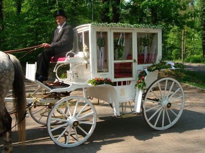 Romantisch in der Kutsche zur Kirche – Fotos: Hochzeitskutsche & Kremserfahrten via facebook