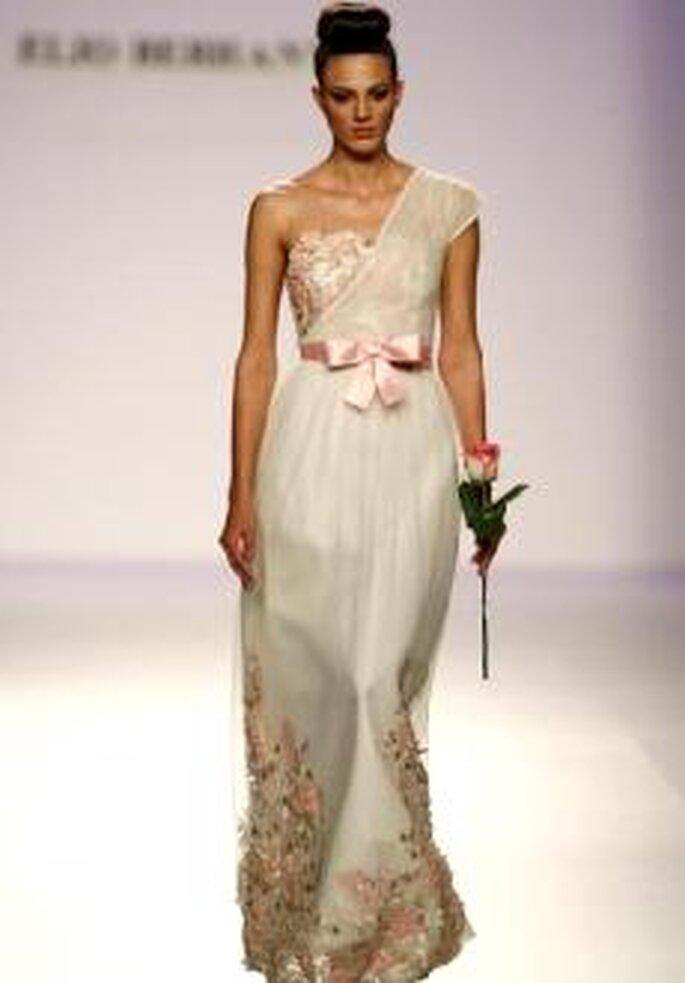 Elio Berhanyer 2010 - Vestido largo en gasa, talle alto resaltado con lazo, escote asimétrico, detalles florales