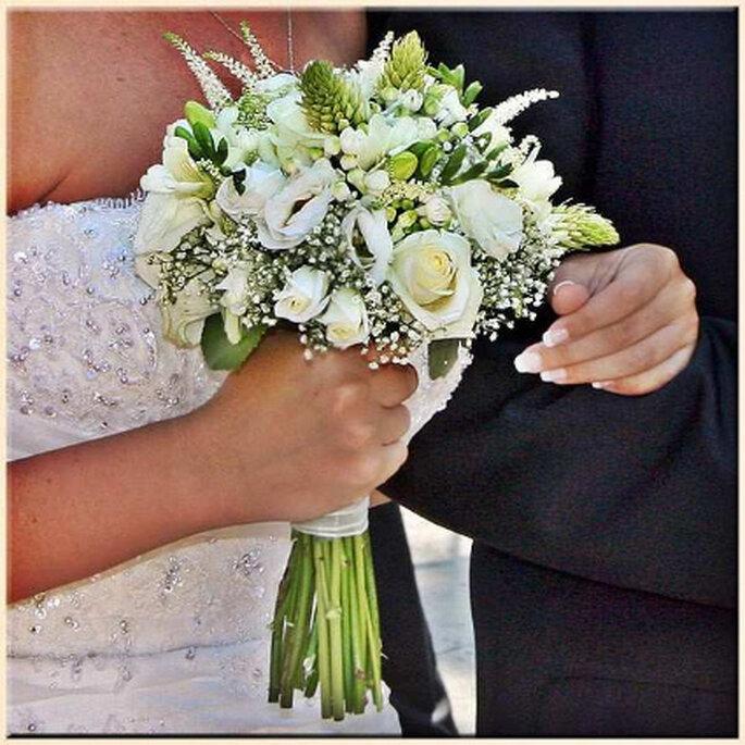 Bouquet silvestre romántico a base de rosas, lisiantus, bouvardía, ornitogallum y astilbe. Muy combinable con cualquier tipo de vestido, pero especialmente recomendado para aquellas novias que luzcan vestidos sin colas, informales o cortos.