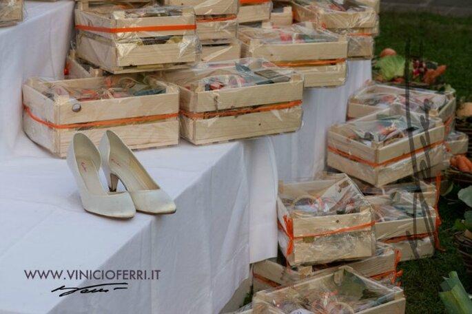 Come bomboniere, cesti di ortaggi bio. Sul tavolo con le scarpe della sposa, mentre i piedi riposano ;).  Foto courtesy: gli sposi