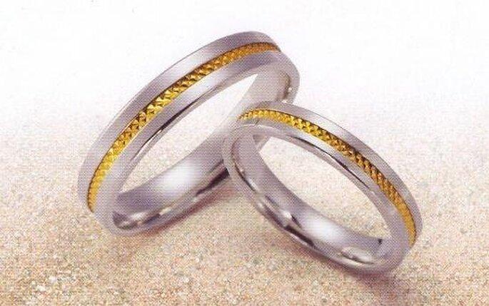 Alliance de mariage en acier avec un centre doré
