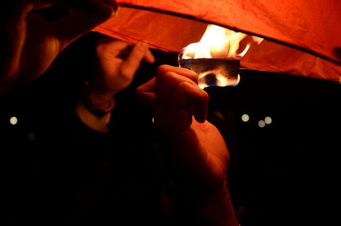 Lámparas de papel voladoras en tu boda. Foto: MonkeySeeMonkeyDo86