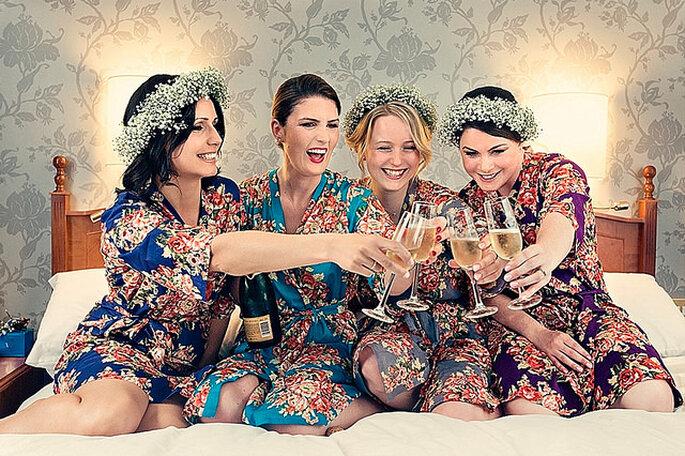 Una divertida tendencia, novias y madrinas con batas floreadas. Foto: Dottie Photography