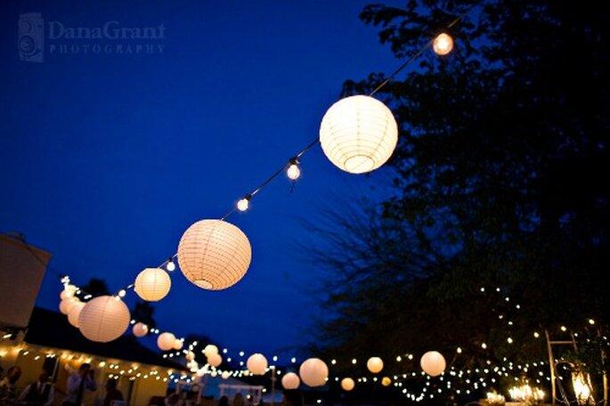 Repas de mariage en plein air : la magie des éclairages - Photo : DanaGrant photography
