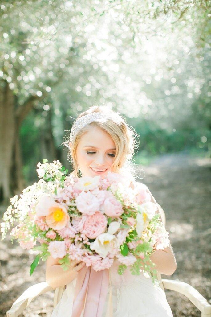 Elige un ramo de novia con flores color rosa para complementar tu estilismo - Foto Avec L'Amour Photography