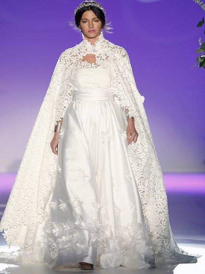 Capa estilo Blancanieves de la colección Carla Ruiz 2013. Foto: Barcelona Bridal Week