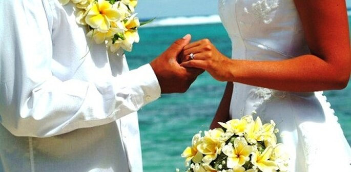 Ein glückliches Paar gibt sich das Ja-Wort