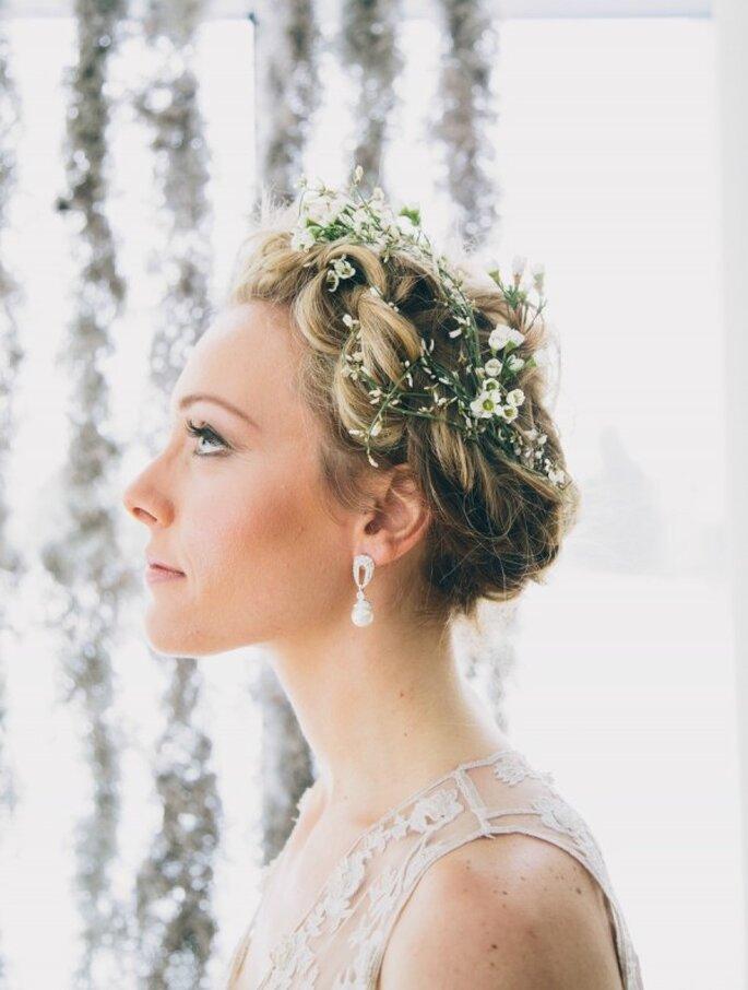 Una hermosa coronita de flores para complementar tu peinado de novia - Foto Jamie Davis