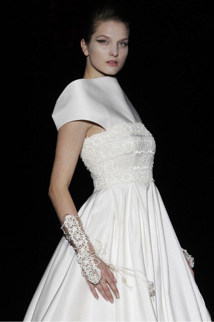 Los mitones son el complemento perfecto de los vestidos de novia Isabel Zapardiez 2012