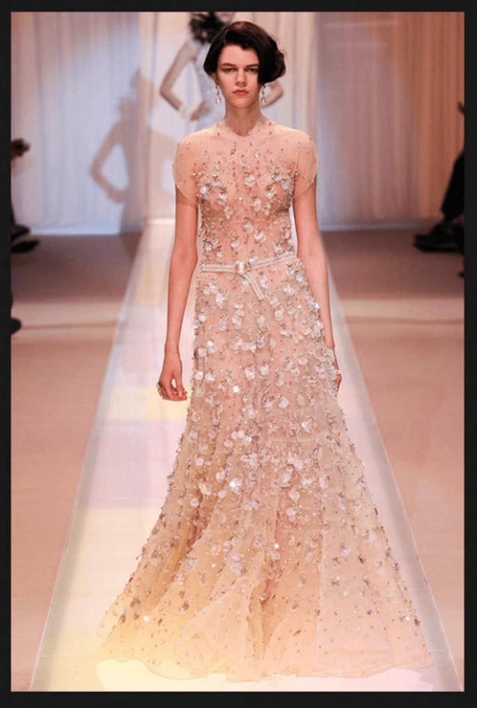 Vestido de novia alta costura con mangas cortas, apliqués de flores y tendencia ombré - Foto Armani