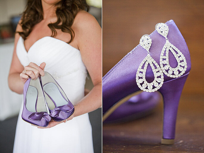 Zapatos violeta para novia. Foto: Gabriel and Clarins Photography