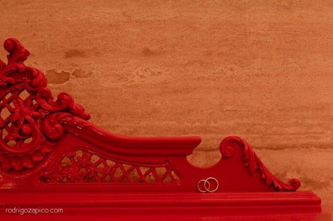 Muebles en color rojo para boda. Fotografía Rodrigo Zapico
